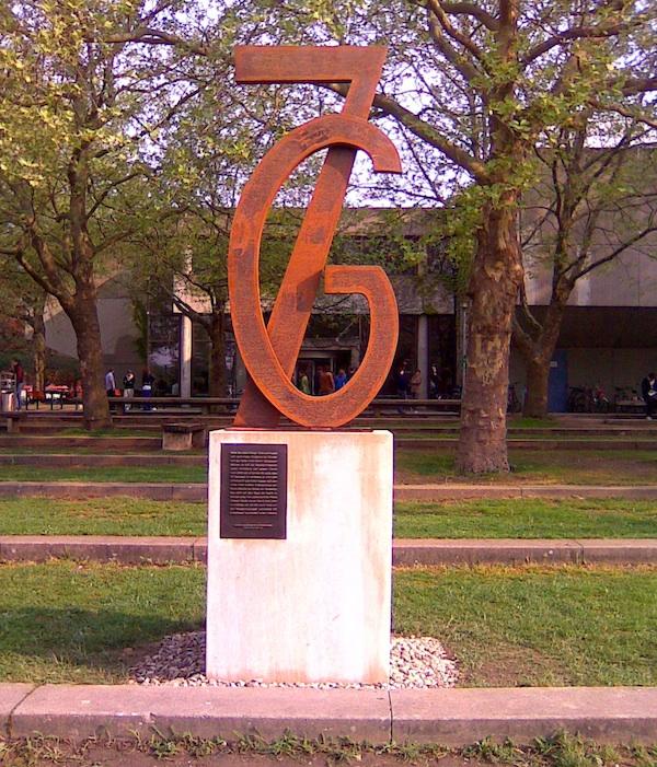 Denkmal mit Ausrufezeichen